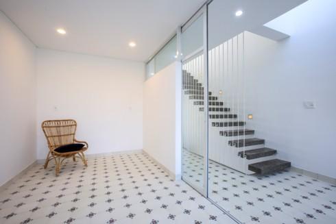 Nhà kết hợp giữa kiến trúc hiện đại với vật liệu truyền thống - Ảnh 6.