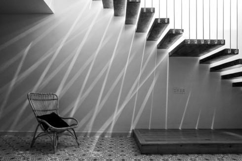 Nhà kết hợp giữa kiến trúc hiện đại với vật liệu truyền thống - Ảnh 8.