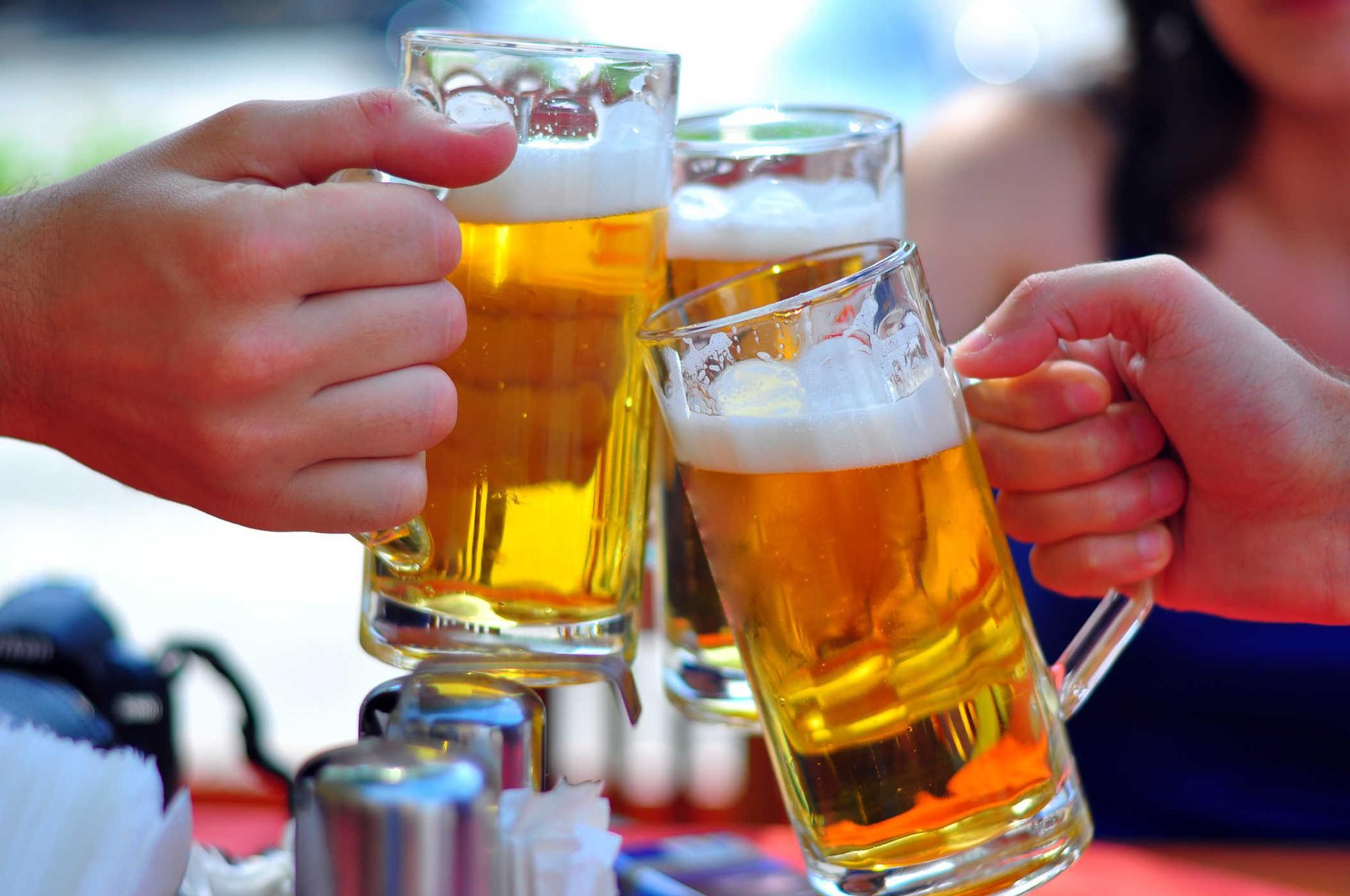 """Bia """"mát"""" hơn rượu: Chuyên gia WHO nói gì? - Báo Người lao động"""