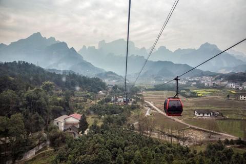 Đi cáp treo dài 7.500 m và leo 999 bậc thang để đến cổng trời - Ảnh 1.