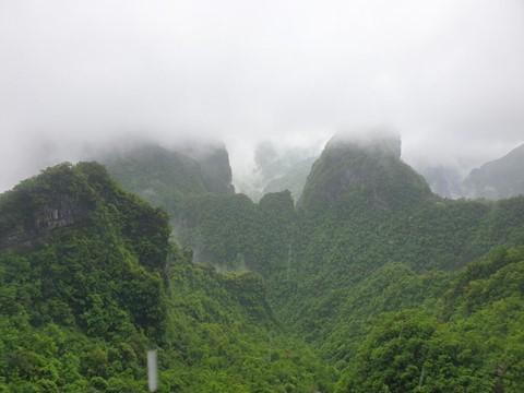 Đi cáp treo dài 7.500 m và leo 999 bậc thang để đến cổng trời - Ảnh 2.
