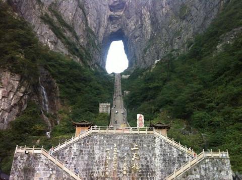 Đi cáp treo dài 7.500 m và leo 999 bậc thang để đến cổng trời - Ảnh 3.