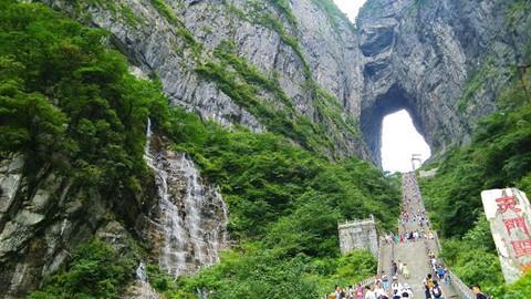 Đi cáp treo dài 7.500 m và leo 999 bậc thang để đến cổng trời - Ảnh 4.