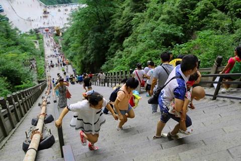Đi cáp treo dài 7.500 m và leo 999 bậc thang để đến cổng trời - Ảnh 5.
