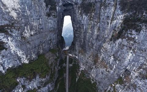 Đi cáp treo dài 7.500 m và leo 999 bậc thang để đến cổng trời - Ảnh 6.