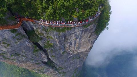 Đi cáp treo dài 7.500 m và leo 999 bậc thang để đến cổng trời - Ảnh 8.