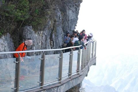Đi cáp treo dài 7.500 m và leo 999 bậc thang để đến cổng trời - Ảnh 9.