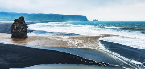 Bãi biển cát đen đẹp huyền ảo không ai được phép tắm ở Iceland - Ảnh 1.