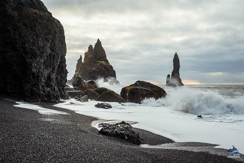 Bãi biển cát đen đẹp huyền ảo không ai được phép tắm ở Iceland - Ảnh 2.