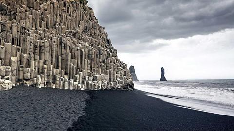 Bãi biển cát đen đẹp huyền ảo không ai được phép tắm ở Iceland - Ảnh 3.