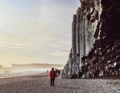 Bãi biển cát đen đẹp huyền ảo không ai được phép tắm ở Iceland - Ảnh 5.