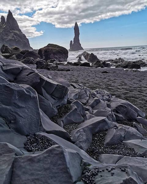Bãi biển cát đen đẹp huyền ảo không ai được phép tắm ở Iceland - Ảnh 7.