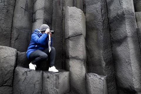 Bãi biển cát đen đẹp huyền ảo không ai được phép tắm ở Iceland - Ảnh 8.