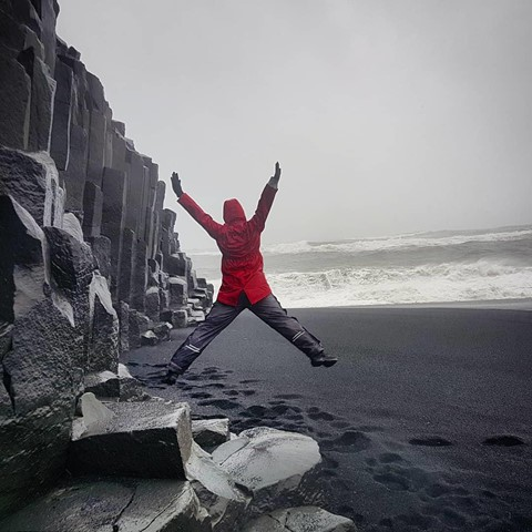 Bãi biển cát đen đẹp huyền ảo không ai được phép tắm ở Iceland - Ảnh 10.