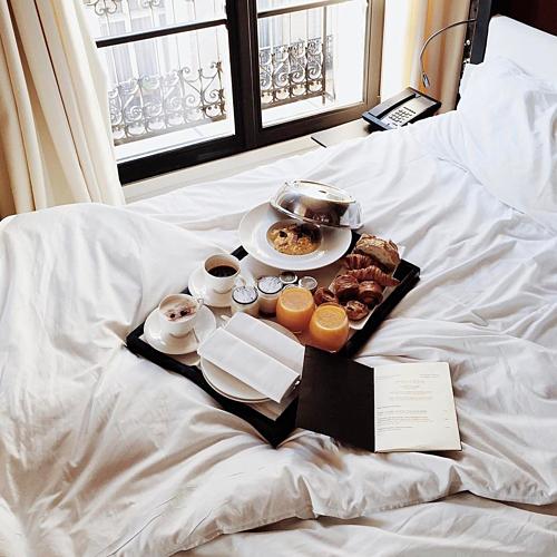 Lý do khách sạn dùng ga giường trắng - Ảnh 1.