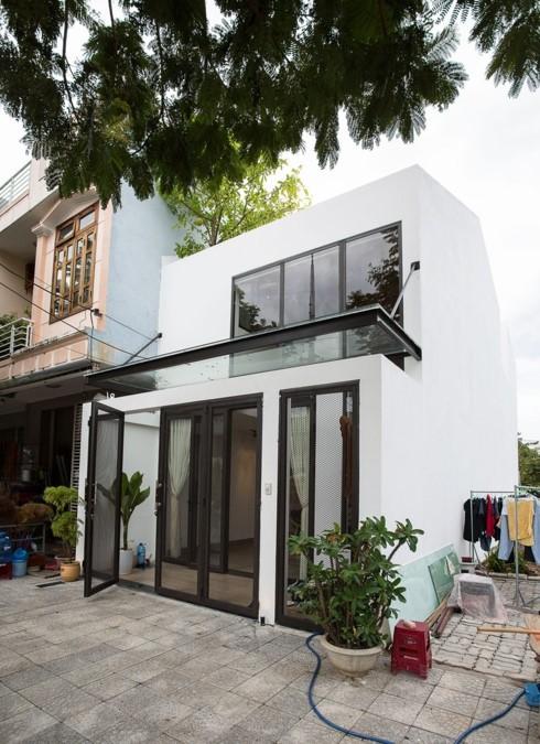 Nhà tối giản nhưng đầy đủ ánh sáng và cây xanh - Ảnh 1.