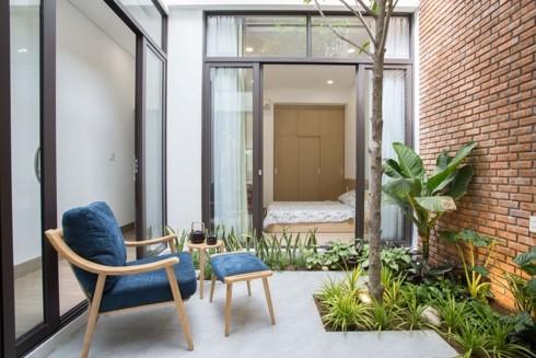 Nhà tối giản nhưng đầy đủ ánh sáng và cây xanh - Ảnh 4.