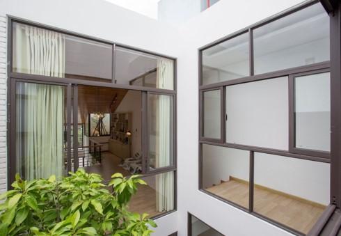 Nhà tối giản nhưng đầy đủ ánh sáng và cây xanh - Ảnh 8.