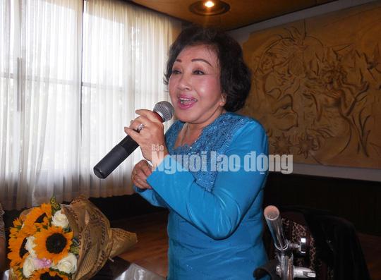 Nghe si Hong Nga trai long khi nghe MC Quyen Linh muon roi khoi showbiz