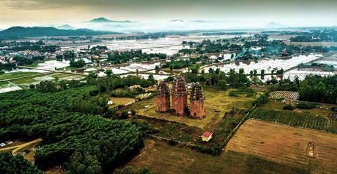 Tháp cổ nghìn năm ở miền đất Võ, trời Văn - Ảnh 1.