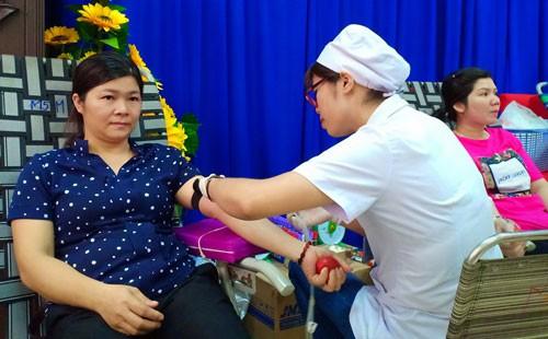 Gần 500 người hiến máu tình nguyện - ảnh 1