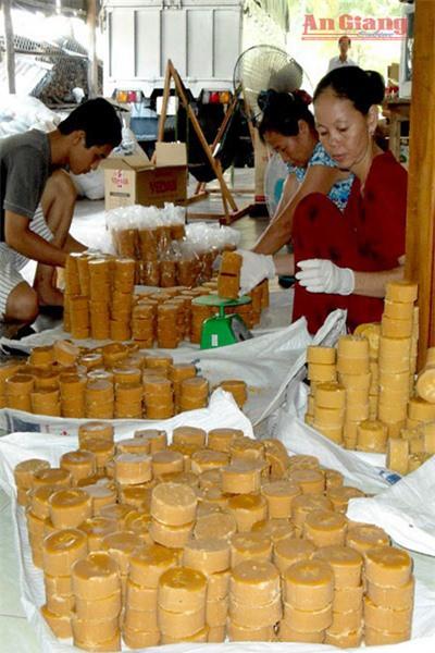 Trèo cây lấy nước trên trời nấu thành đặc sản ở An Giang - Ảnh 3.