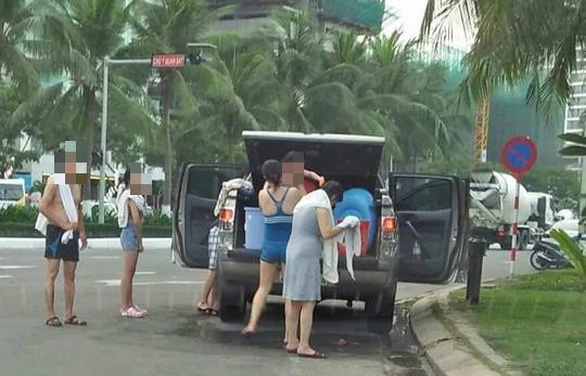 Vô tư biến ôtô thành phòng tắm di động giữa đường phố Đà Nẵng - ảnh 2