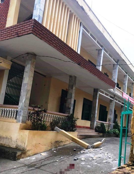 Cột bê tông bất ngờ rơi từ tầng 2 xuống sân trường, 2 học sinh nhập viện - Ảnh 1.