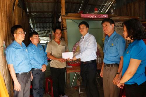 Quảng Nam: Tặng quà công nhân bị tai nạn lao động - Ảnh 1.