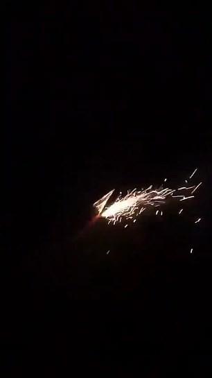 CĐV Liverpool đốt pháo hoa trước khách sạn khiến Messi mất ngủ - Ảnh 3.