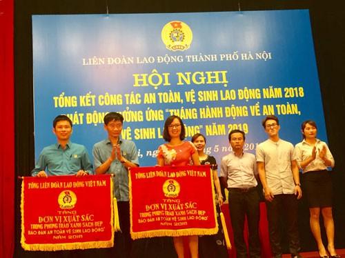 Hà Nội: Tặng quà cho công nhân bị tai nạn lao động - Ảnh 1.