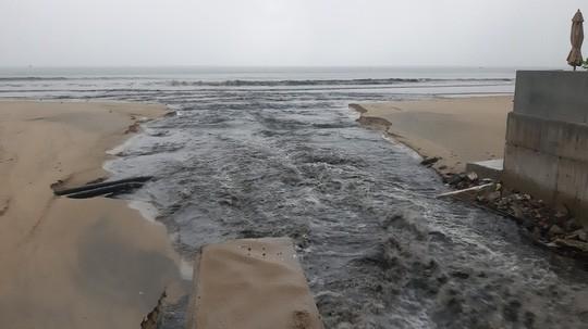 Sau cơn mưa vàng, nước thải tuôn như thác ra biển Đà Nẵng - Ảnh 2.
