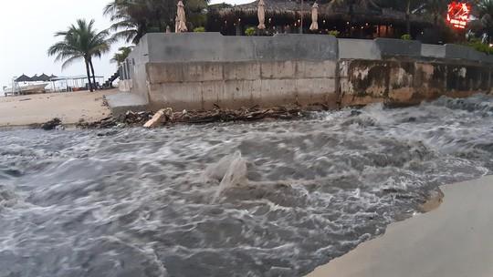 Sau cơn mưa vàng, nước thải tuôn như thác ra biển Đà Nẵng - Ảnh 3.