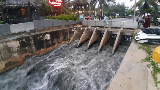 Sau cơn mưa vàng, nước thải tuôn như thác ra biển Đà Nẵng - Ảnh 4.