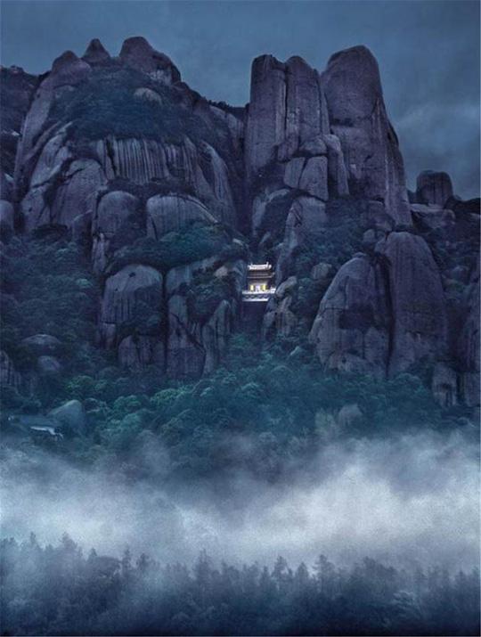 Ngỡ ngàng ngôi đền nặng 100 tấn nằm cheo leo giữa 2 đỉnh núi - Ảnh 8.