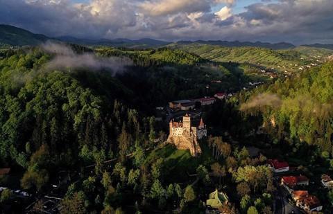 Vùng đất của bá tước ma cà rồng nhìn từ trên cao - Ảnh 12.