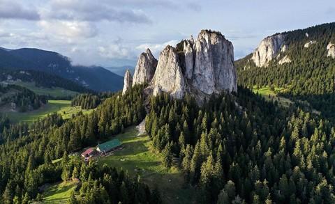 Vùng đất của bá tước ma cà rồng nhìn từ trên cao - Ảnh 3.