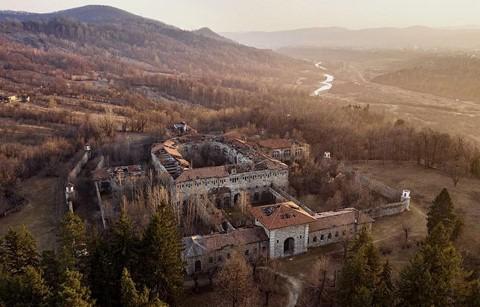 Vùng đất của bá tước ma cà rồng nhìn từ trên cao - Ảnh 26.