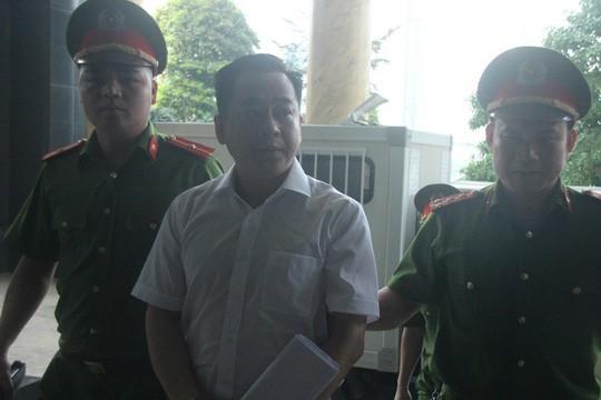 Video cựu thứ trưởng Bộ Công an ra tòa cùng Vũ nhôm - Ảnh 4.