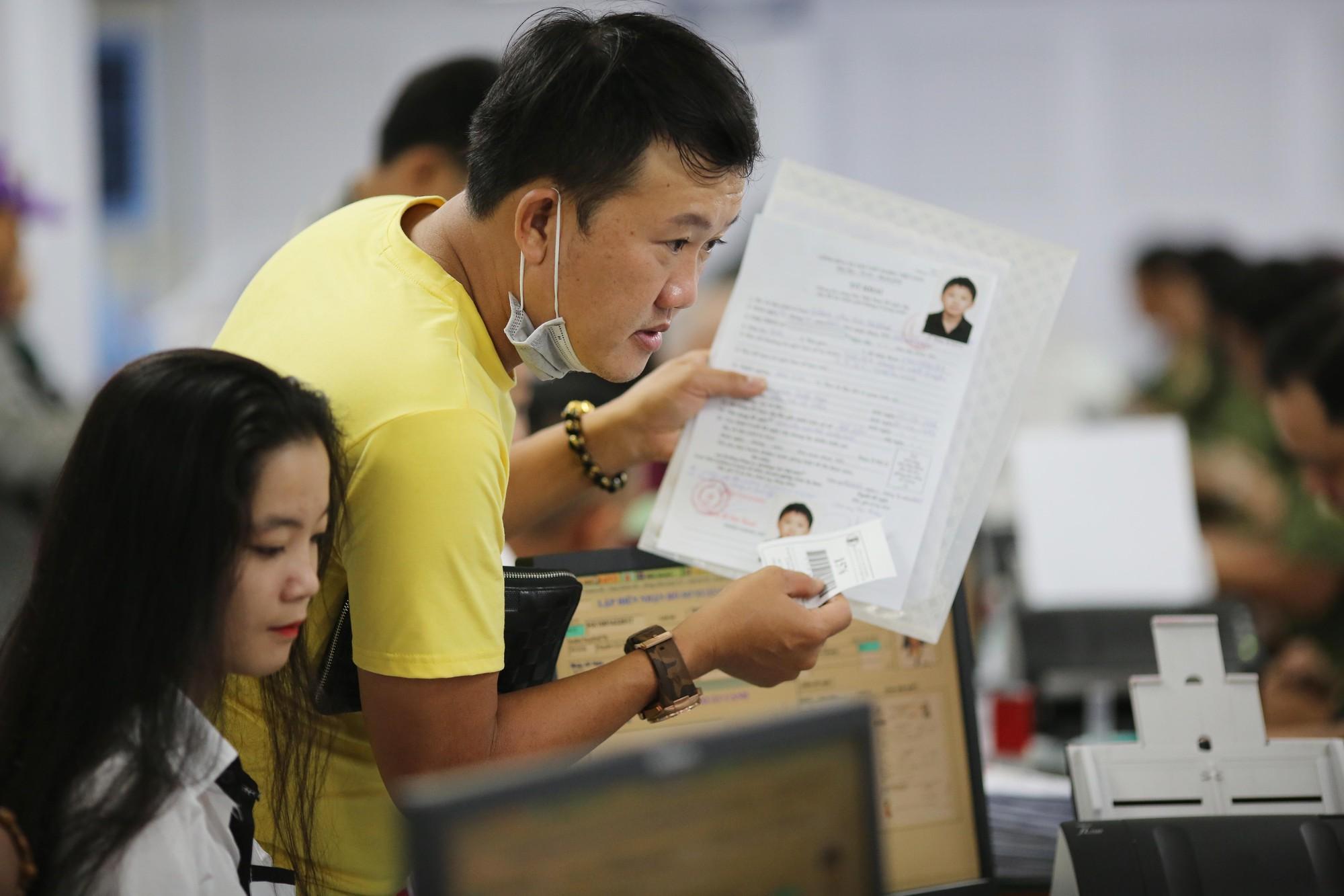 [eMagazine] - Người dân TP HCM đổ xô làm hộ chiếu - Ảnh 9.