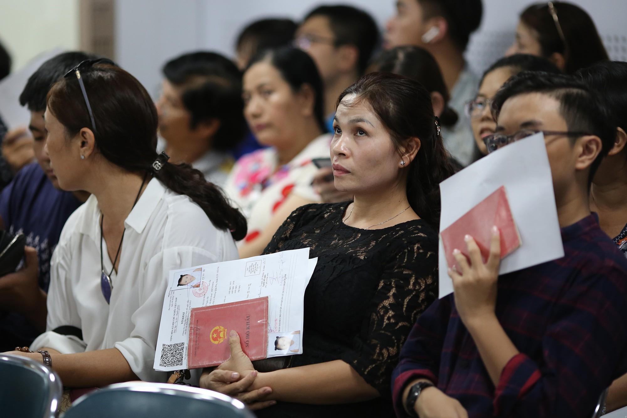 [eMagazine] - Người dân TP HCM đổ xô làm hộ chiếu - Ảnh 3.