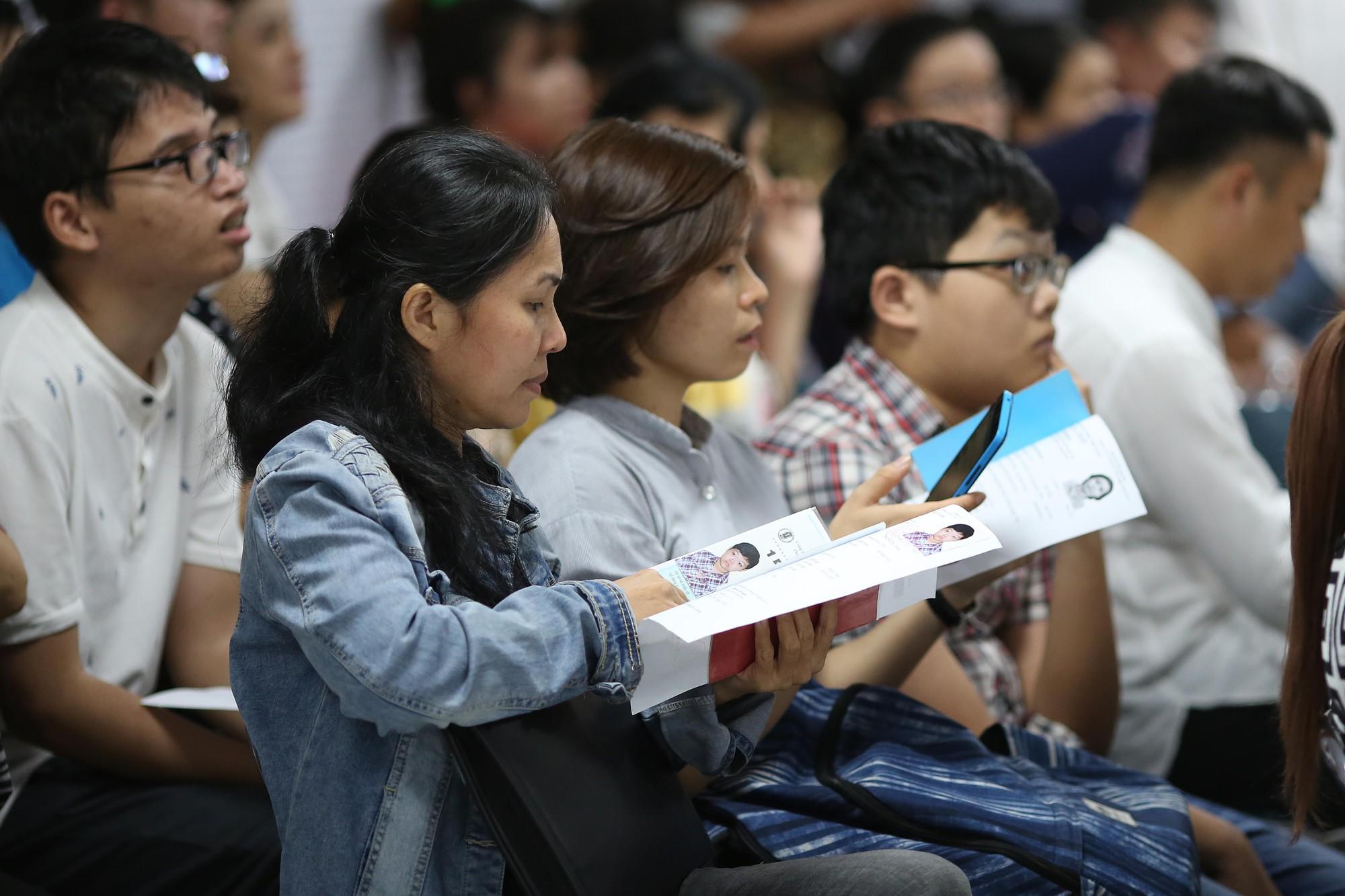 [eMagazine] - Người dân TP HCM đổ xô làm hộ chiếu - Ảnh 11.