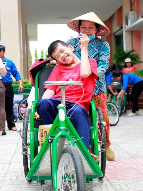 Quỹ Lawrence S. Ting trao tặng 157 chiếc xe lăn, xe lắc cho người khuyết tật - Ảnh 2.