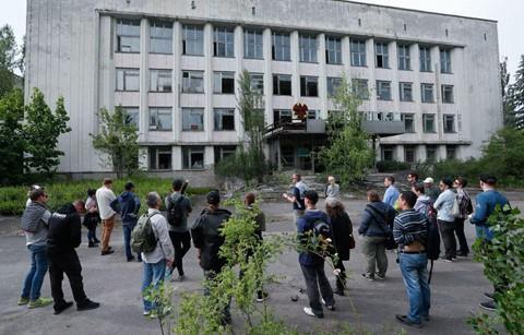 Du khách đổ xô đến thành phố bị nhiễm phóng xạ ở Ukraine - Ảnh 3.