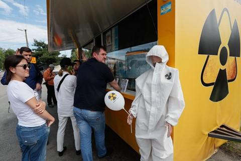 Du khách đổ xô đến thành phố bị nhiễm phóng xạ ở Ukraine - Ảnh 4.