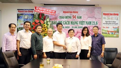 Lãnh đạo Bộ Giáo dục và Đào tạo thăm Báo Người Lao Động - Ảnh 1.