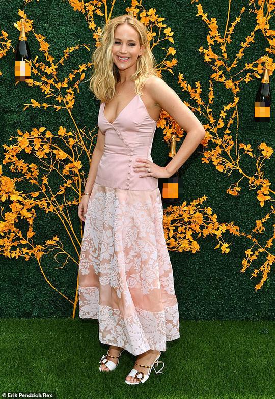 Jennifer Lawrence đẹp ngọt ngào khoe nhẫn đính hôn - Ảnh 3.