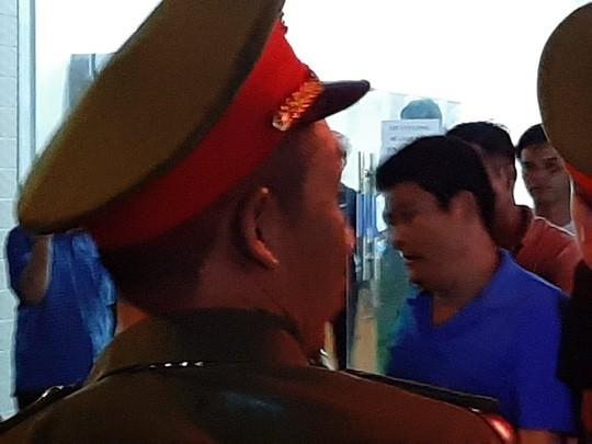 Diễn biến mới vụ Giang hồ vây xe chở công an: Khởi tố 1 chủ doanh nghiệp - ảnh 2