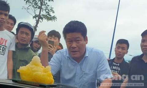 Diễn biến mới vụ Giang hồ vây xe chở công an: Khởi tố 1 chủ doanh nghiệp - ảnh 1