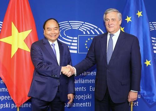 Thủ tướng từ Nhật Bản về nước dự lễ ký EVFTA - Ảnh 1.